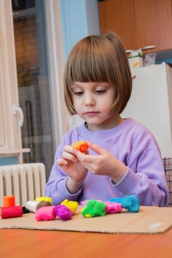 SafeGuardS_Girl_playing_with_play_dough_344x505_EN_17_V1.jpg